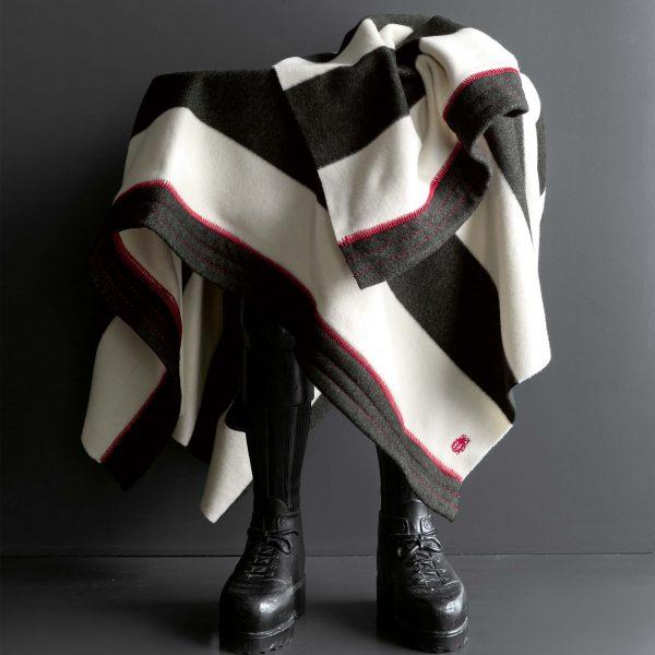 4051244464505-04-trace-zoeppritz-merino-cashmere-decke-geranien-rot