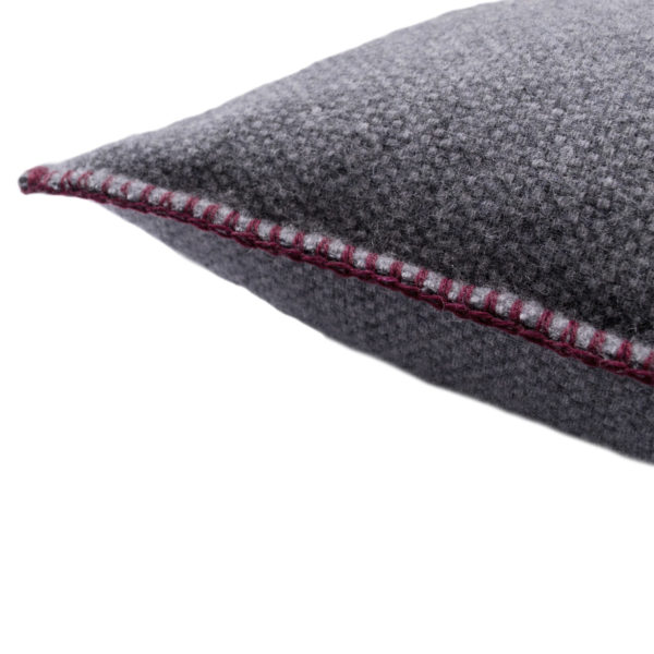 4051244516105-02-must-stitch-too-zoeppritz-schurwolle-kissenbezug-40x40-wein-rot