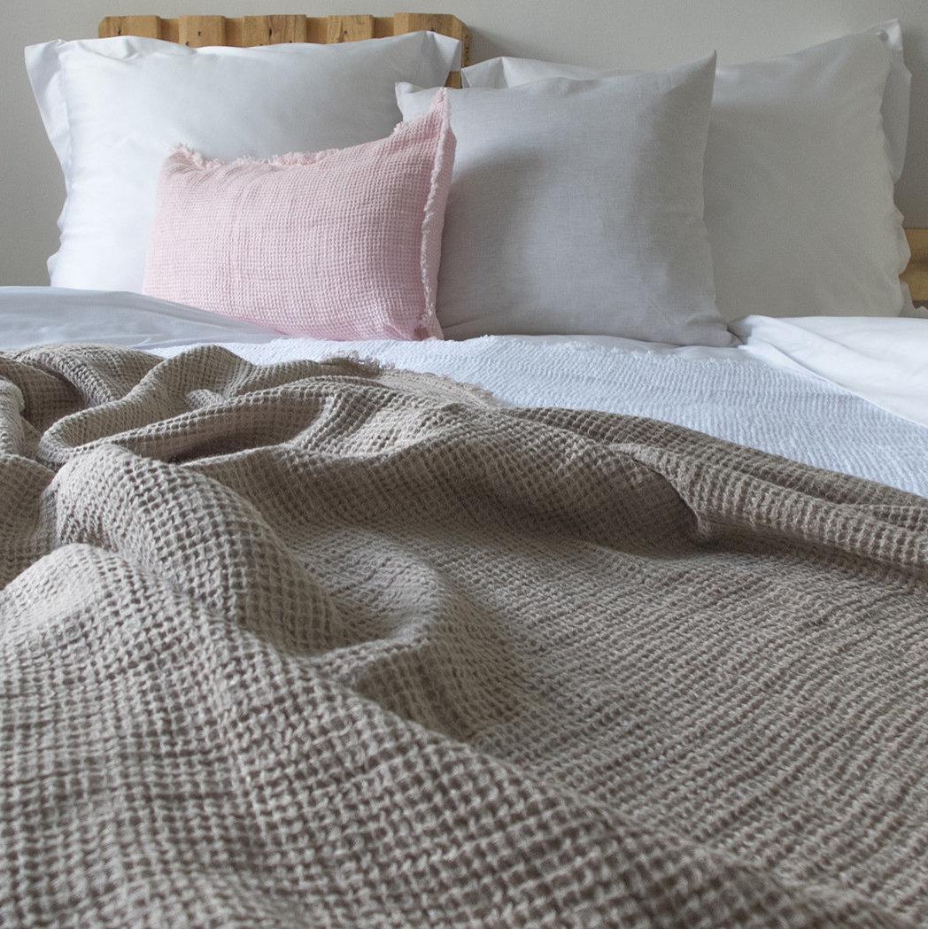 Schlaflandschaft mit Leinen-Bettwäsche und einem Leinenplaid mit Waffelpiquet
