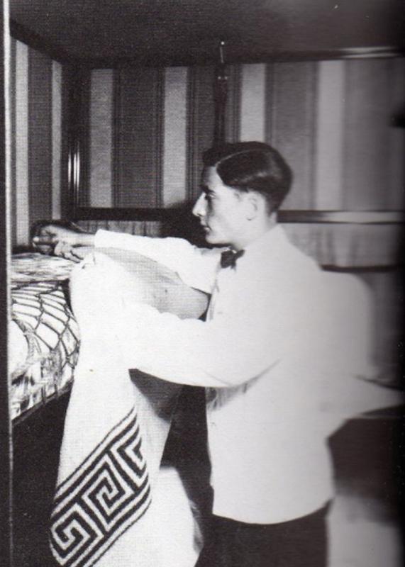Flugbegleiter richtet das Bett im Luftschiff LZ127 mit einer Hero Decke