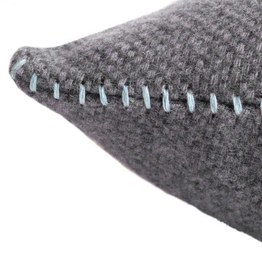 4051244516044-02-must-stitch-zoeppritz-schurwolle-kissenbezug-30x50-pudriges-blau