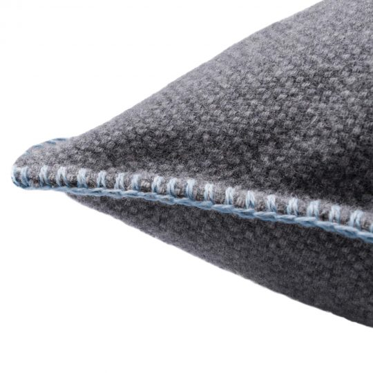 4051244516082-02-must-stitch-too-zoeppritz-schurwolle-kissenbezug-40x40-pudriges-blau