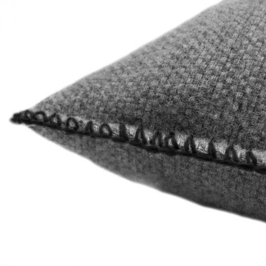 4051244516129-02-must-stitch-too-zoeppritz-schurwolle-kissenbezug-40x40-schwarz-
